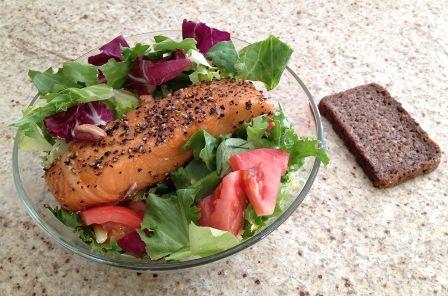 Sałatka z wędzonym łososiem i pistacjami
