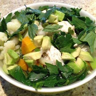Gotowane warzywa z mięsem, awokado i zieleniną