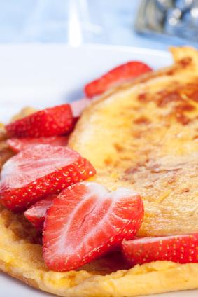 Omlet z truskawkami (lub z innymi owocami jagodowymi)