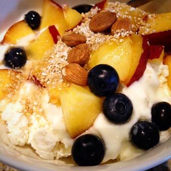 Musli z jogurtem naturalnym, otrębami, migdałami i owocami