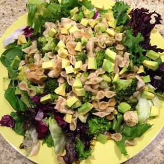 Makaron z kurczakiem i brokułami na sałacie