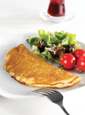 Omlet z pomidorami i sałatą