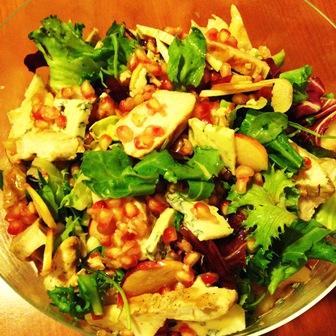 Sałatka z kurczakiem, gruszką, serem pleśniowym i granatem